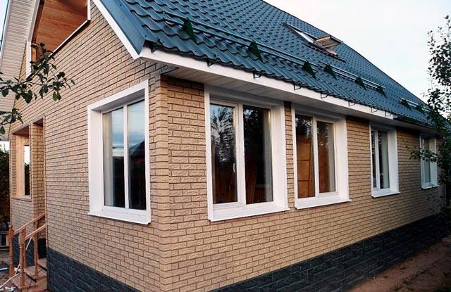 Отделка деревянного дома снаружи панелями под кирпич