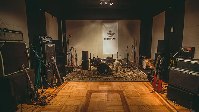 Гитары и барабаны в комнате