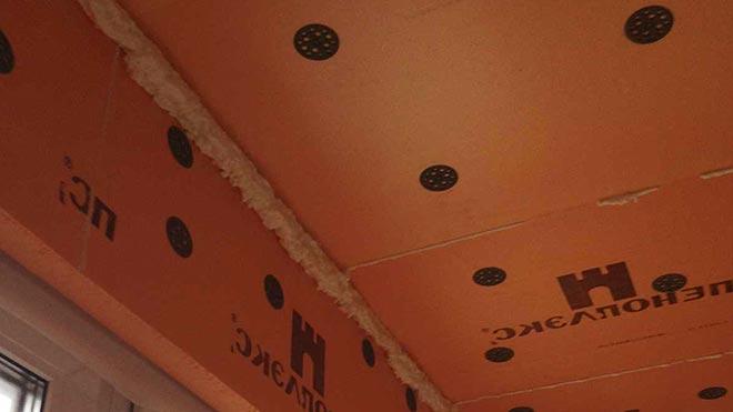 Оранжевые панели на потолке