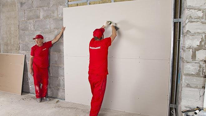 Зашивают стену гипсокартоном