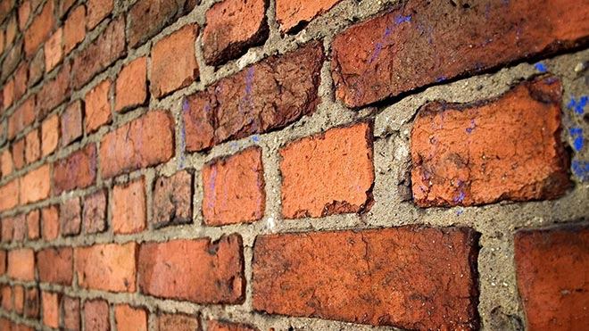 Стена из глиняного материала